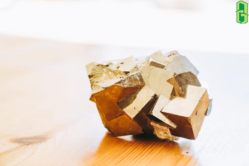 Vàng găm có thể được đặt ở phòng khách, phòng làm việc hoặc bất kì nơi nào bạn muốn, đá Pyrite đều tỏa năng lượng trợ giúp bạn